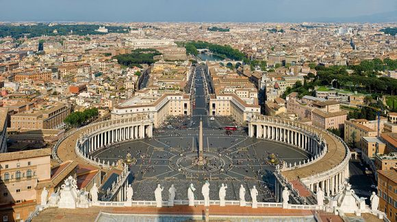 Photo of St. Peter's Square, by DAVID ILIFF.  Image online, courtesy Wikimedia Commons.